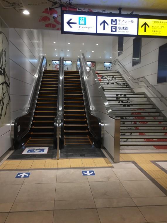 モノレール改札口への階段