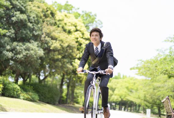 スーツ姿のクロスバイク服装写真