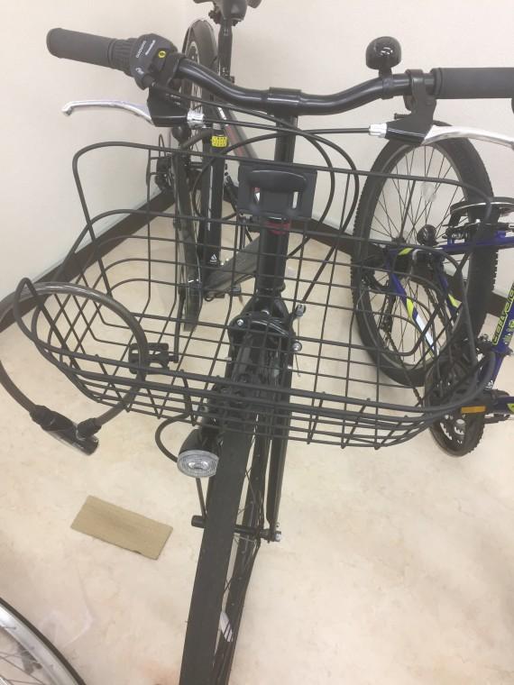 カゴ付きのクロスバイク画像